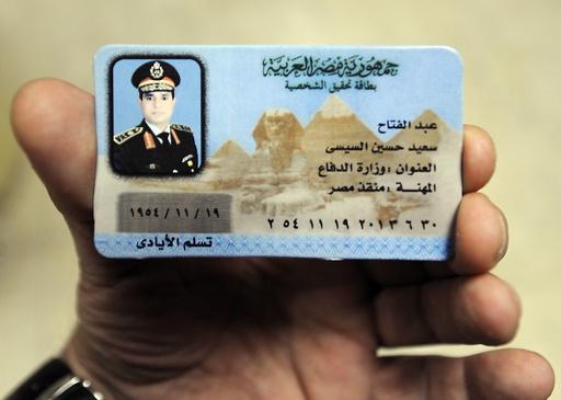 シシ議長は「救済者」、偽IDが露店に登場 エジプト