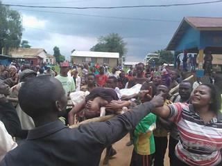 銃声聞いた群衆がパニック状態に、13人死亡 コンゴ