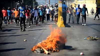 動画:ハイチで開発資金の横領か、デモ隊が暴徒化 死者も
