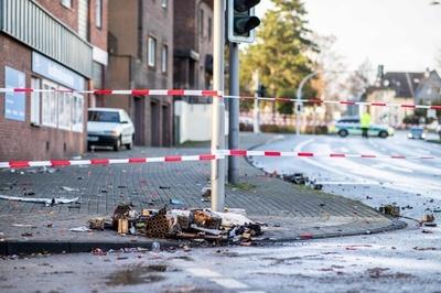 ドイツで新年祝う集団に車突入 4人負傷 移民に反発か