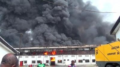動画:ウイスキー蒸留所で大規模火災、近くの学校にも被害 カメルーン