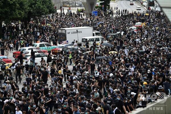 香港、黒服のデモ隊数千人が幹線道路を占拠 警察本部を包囲