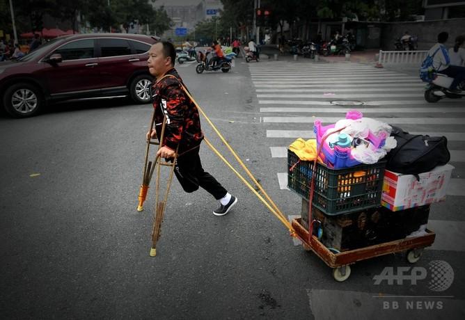 事故で左足切断、独学の手工芸品を露天で売って生計 福州
