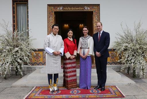 英王子夫妻、「幸せの国」ブータン初訪問 国王夫妻が歓迎