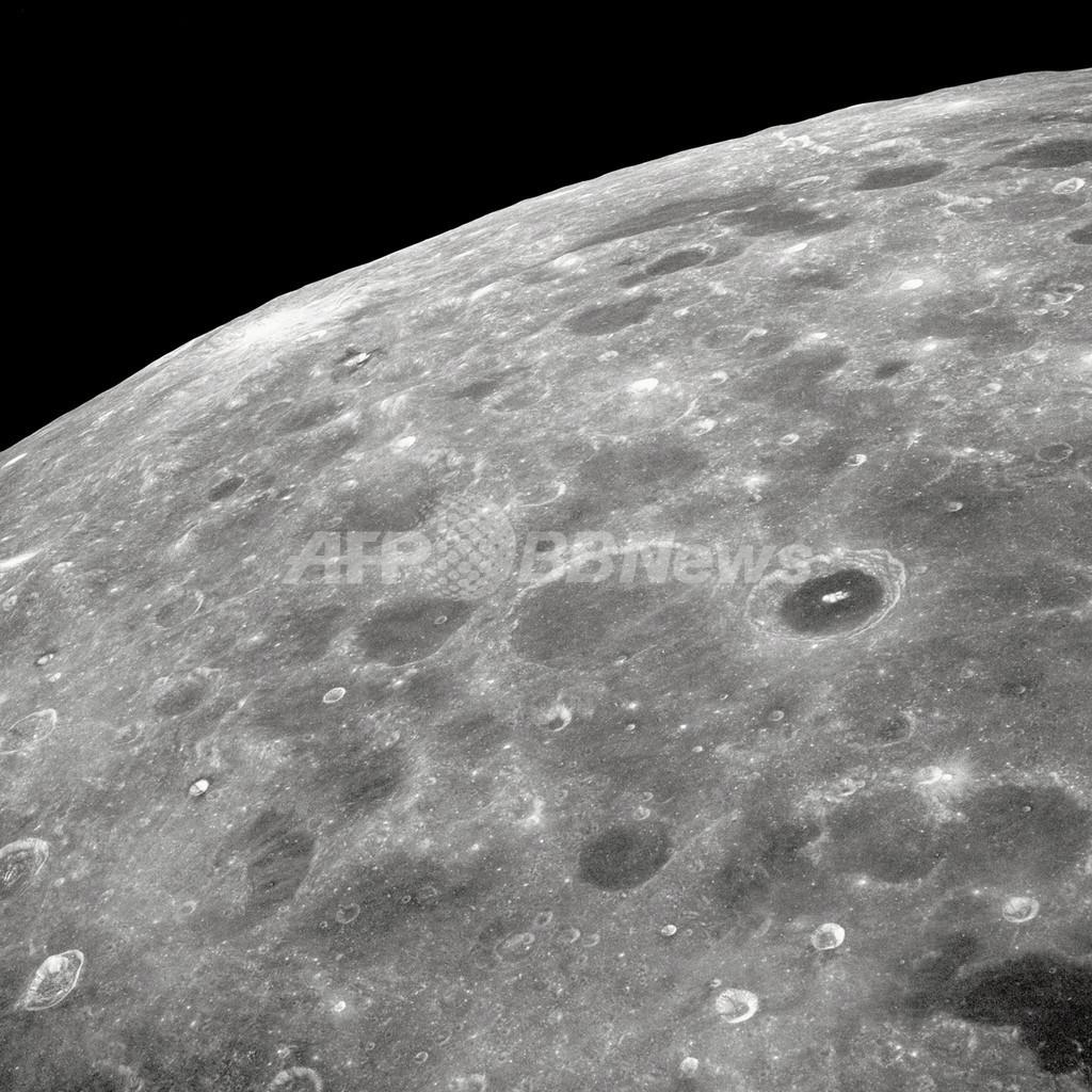 月のクレーターに氷を確認、NASA