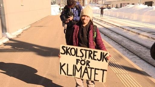 動画:スウェーデンの16歳少女、気候変動対策訴えダボス会議で注目