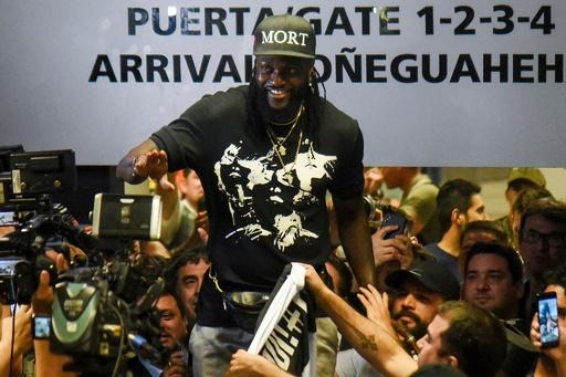 アデバヨールがパラグアイ入り、空港でファンの歓迎受ける
