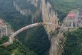 中国3省を結ぶ断崖絶壁の橋、つながる