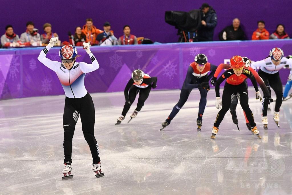 韓国の崔が金、世界女王は転倒・搬送 ショートトラック女子1500m