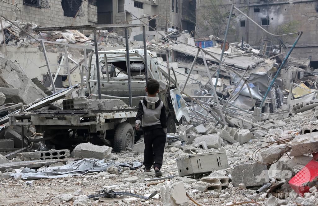 【AFP×大学生】瓦礫を進む男の子