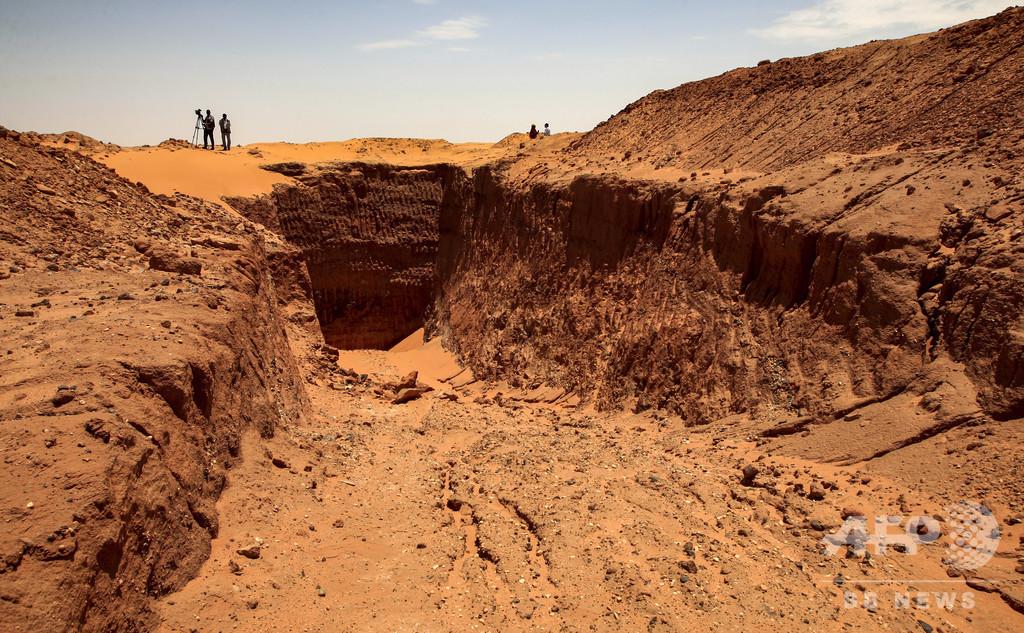 盗掘で消えるスーダンの歴史、金を求め遺跡を破壊 重機の利用も