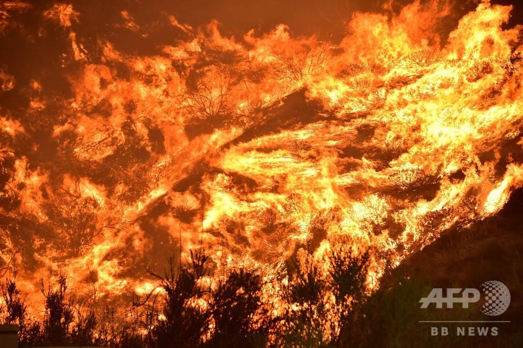 米カリフォルニア州山火事、人口密集地に迫る