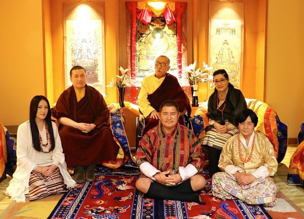 チベット仏教最高位クラスの高僧、幼なじみと結婚で僧位捨てる