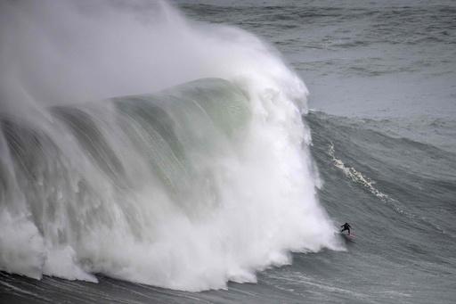 仏女性サーファー、20メートル級の波乗り成功 世界記録更新か