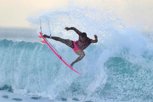 バリ島でサーフィン大会、巧みな波さばき競う