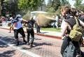 予定された右派の集会に対抗デモ、10人超の身柄拘束 米加州