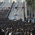 プミポン国王の遺体、王宮へ 沿道に大勢の人々 タイ