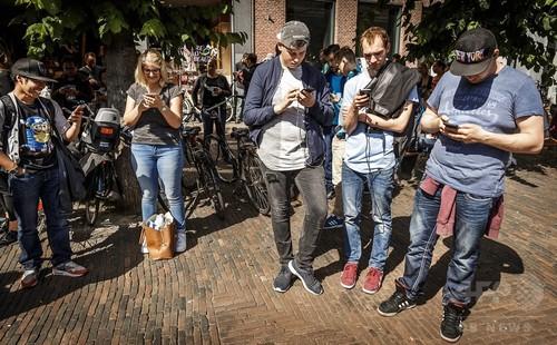「歩きスマホ」、地面のLEDで注意喚起 オランダで実証実験