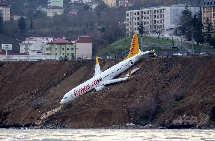 滑走路外れた旅客機、海に転落寸前で停止 トルコ