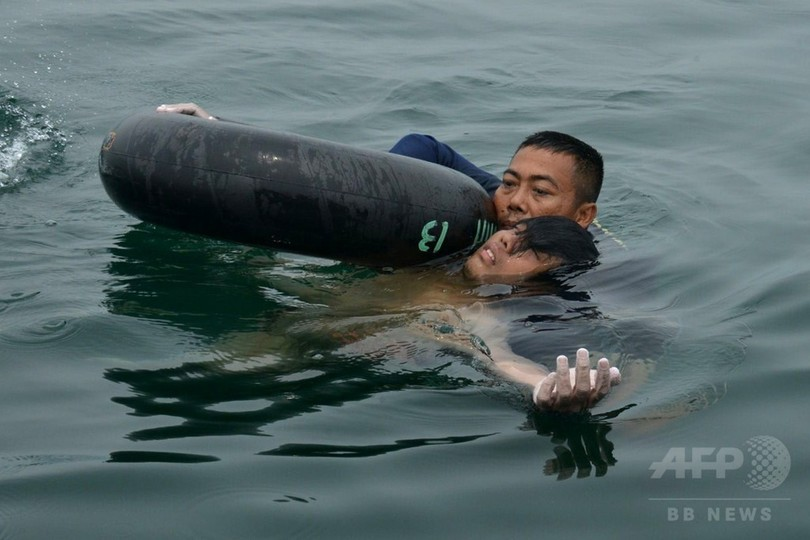 ヘリ墜落の生存者、湖上で裸の状態で発見 インドネシア