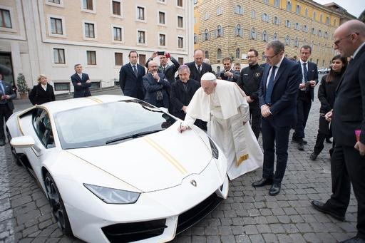 動画:ローマ法王、贈呈されたランボルギーニ サイン付きで競売へ