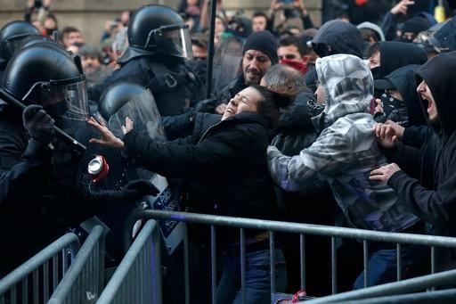 カタルーニャ独立派と警察が衝突 バルセロナでの閣議に反発