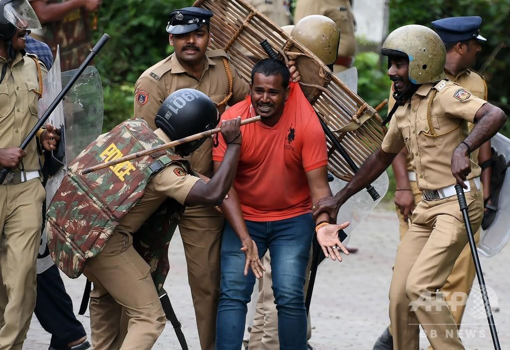 インドのヒンズー教寺院、女性参拝阻止の集団が警察と衝突