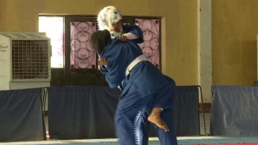 動画:スーダン首都で柔道大会、男性も女性も参加