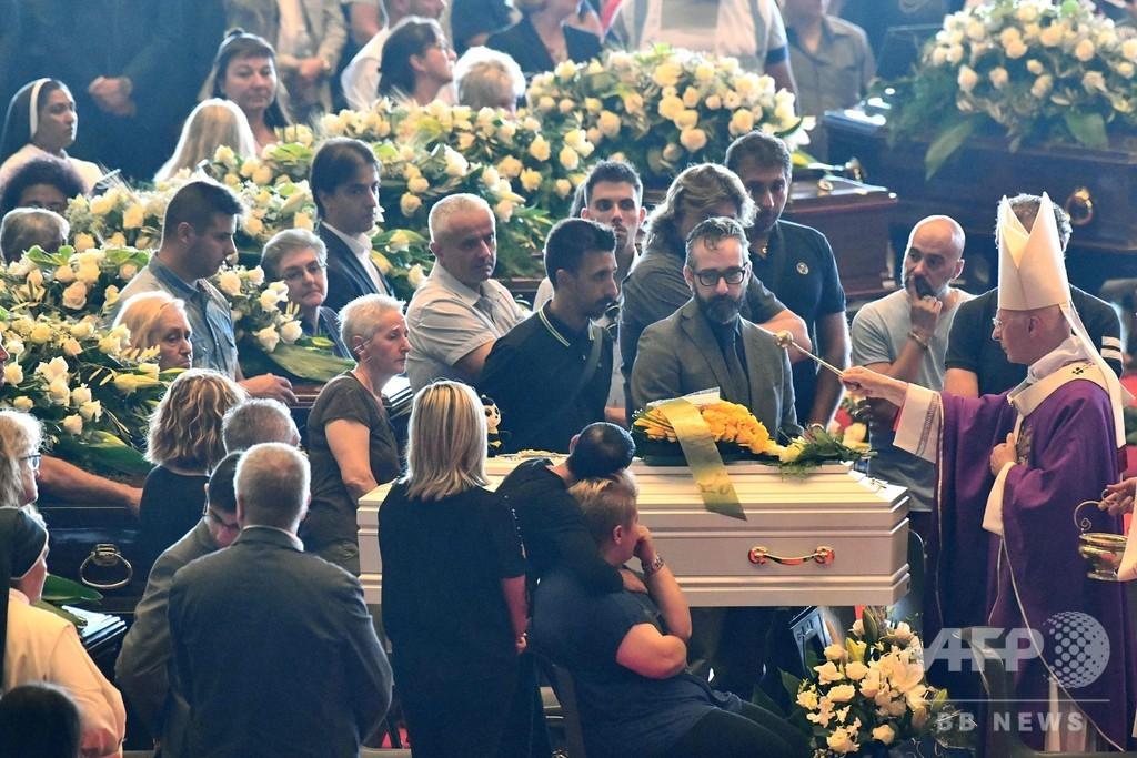 イタリア橋崩落で合同葬儀、参加拒否の遺族も 現場では新たな遺体