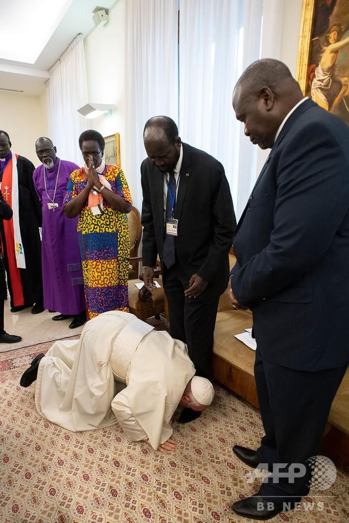 ローマ法王、足にキス 南スーダン大統領と反政府勢力指導者らに