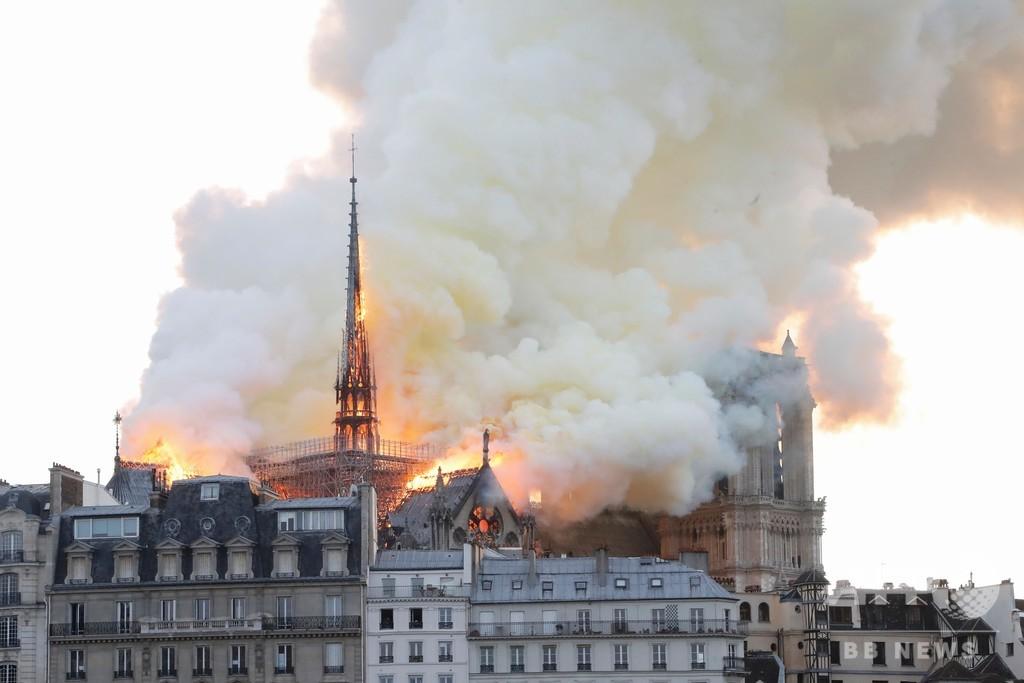 ノートルダム火災は「神罰」、セルビア大衆紙が見出し掲げる