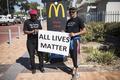南アで白人農民の殺害相次ぐ、今年に入って72人 抗議のデモ