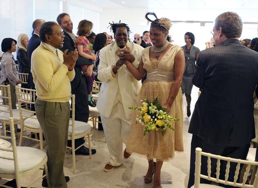 米首都で初の同性婚、厳戒態勢のなか3組が挙式