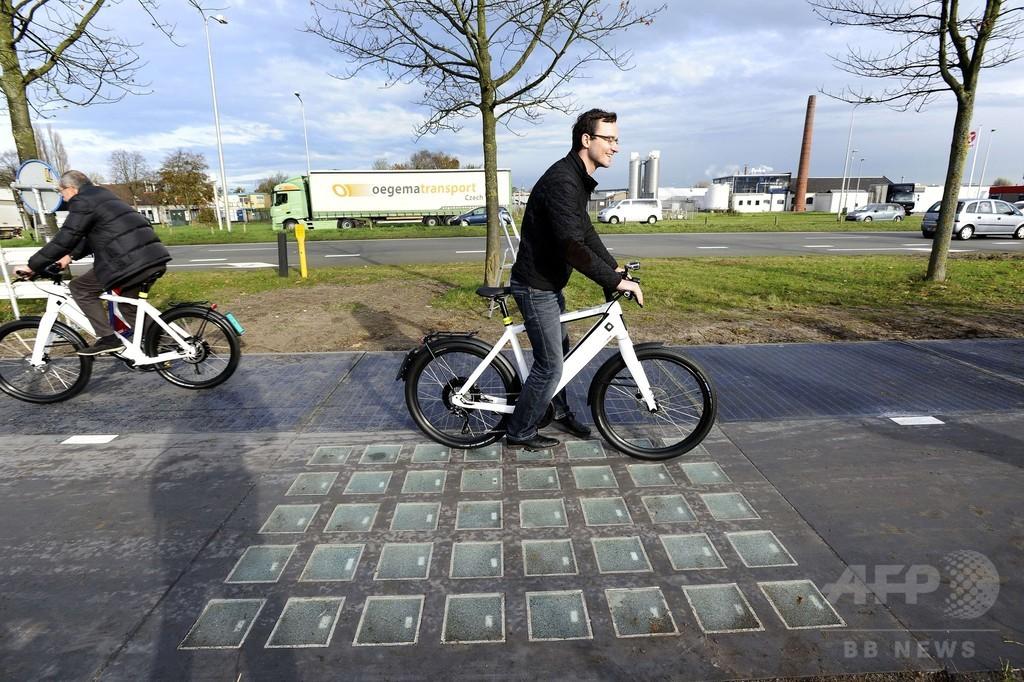 世界初、太陽光発電する道路が開通 オランダ