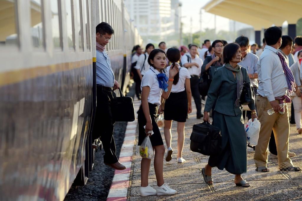 カンボジアと隣国タイを結ぶ鉄道、45年ぶりに復旧