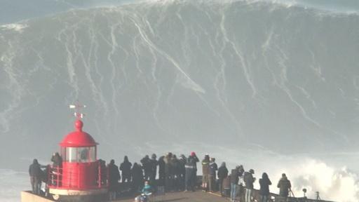 動画:大波に挑むサーファーたち、ポルトガル