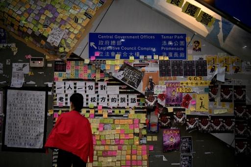 香港民主活動家が襲撃される、刃物で首と腹部を負傷