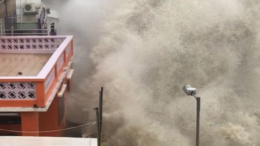 動画:香港のゴルフ場で洪水、台風22号直撃で