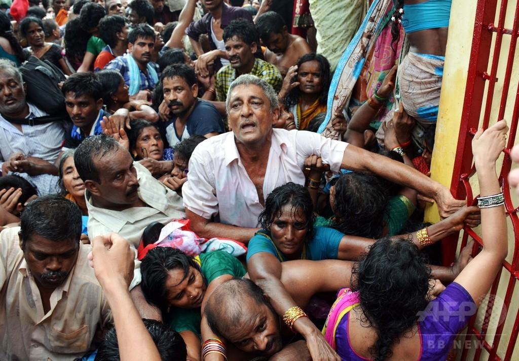 聖なる川」での沐浴で将棋倒し、27人死亡 インド 写真3枚 国際ニュース ...