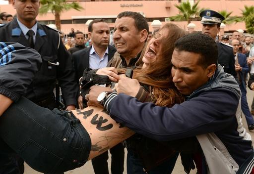 トップレス活動家、モロッコで同性愛者の公判に抗議 警察が拘束