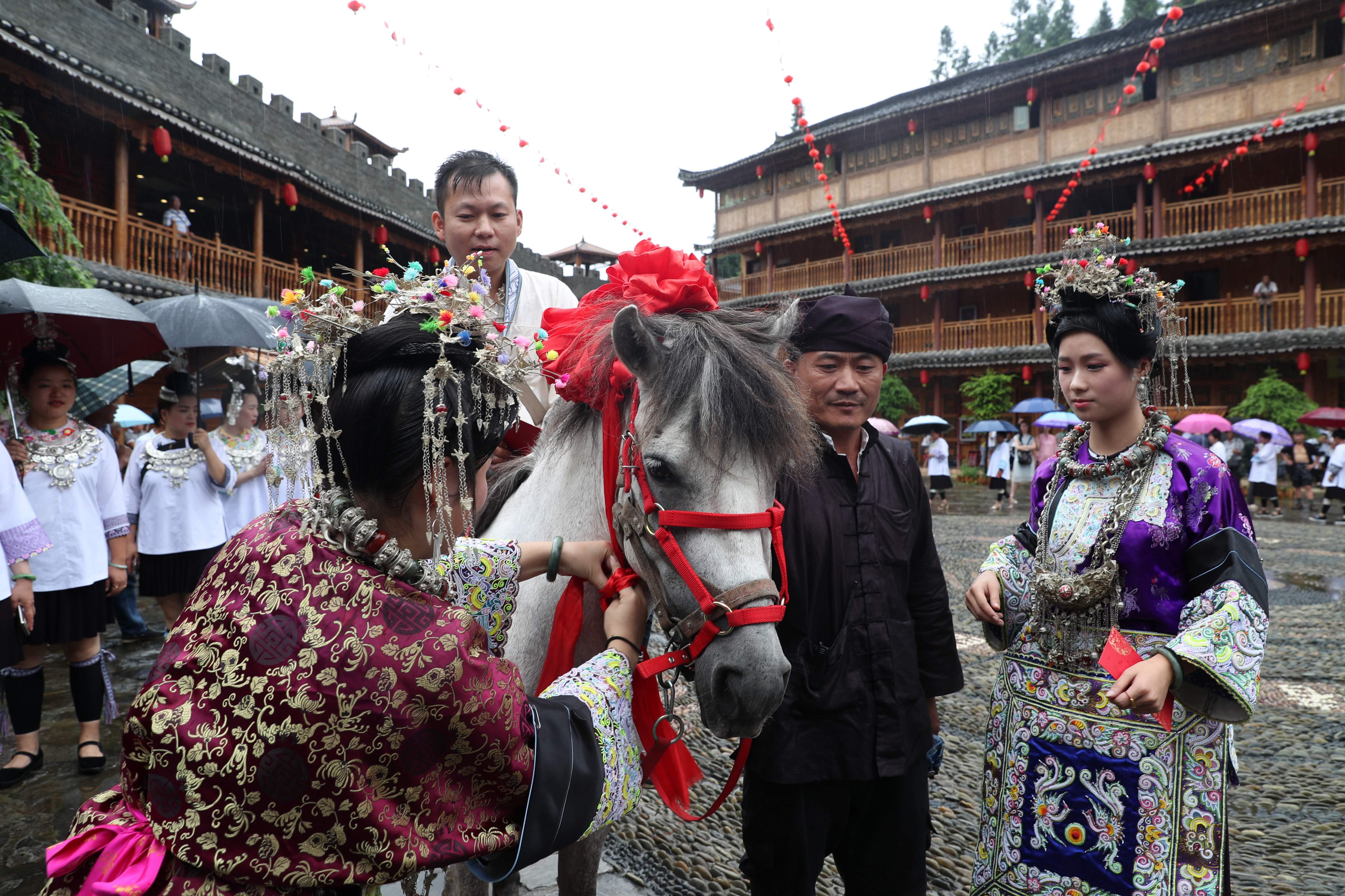「両思いの日」祝うトン族の人々 貴州省榕江県