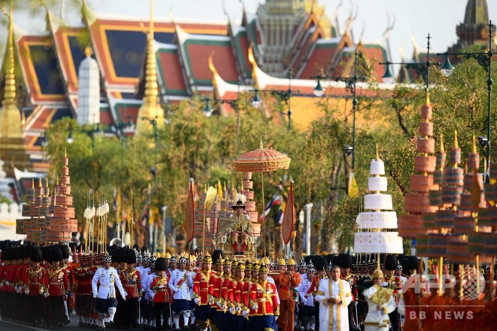 戴冠したタイ国王、首都バンコクをパレード