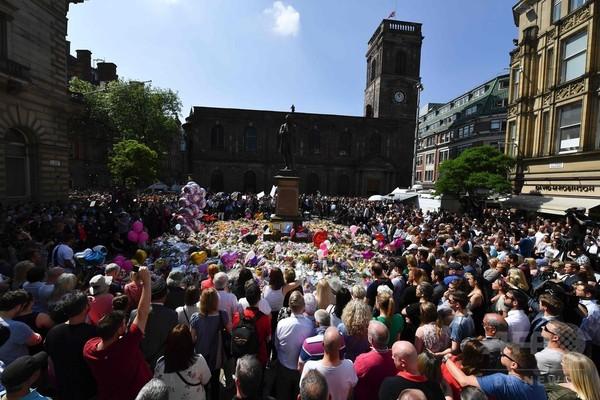 「怒りを込めて振り返るな」 追悼集会でオアシス合唱 英爆破事件