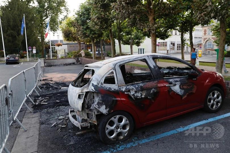 警察に拘束された若者が死亡、仏パリ郊外で暴動3夜連続