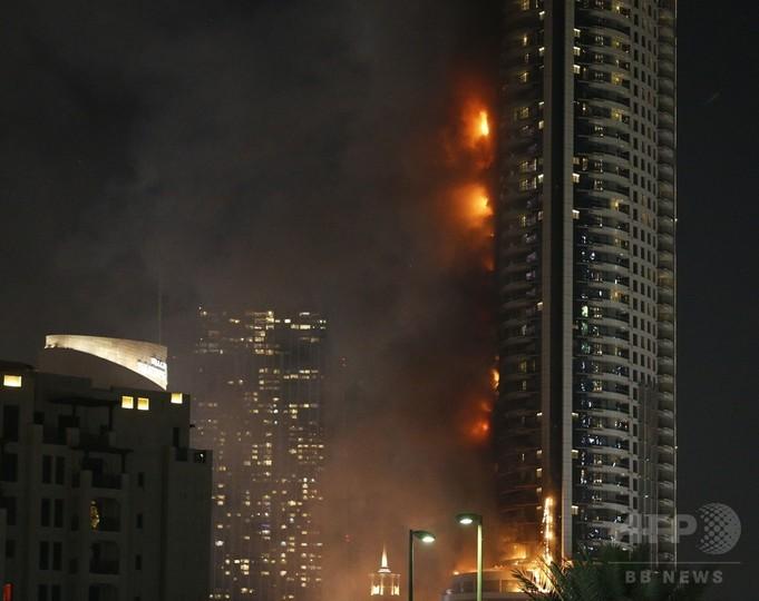 48階バルコニーにぶら下がり生還、ドバイのホテル火災