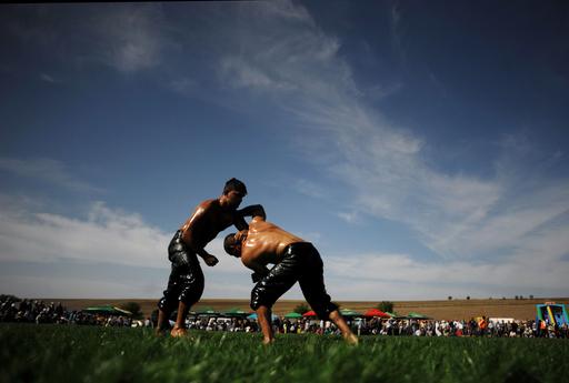 全身ぬるぬるの伝統格闘技オイルレスリング、復活願い大会