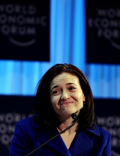 米フェイスブックに初の女性取締役、サンドバーグCOOが取締役就任