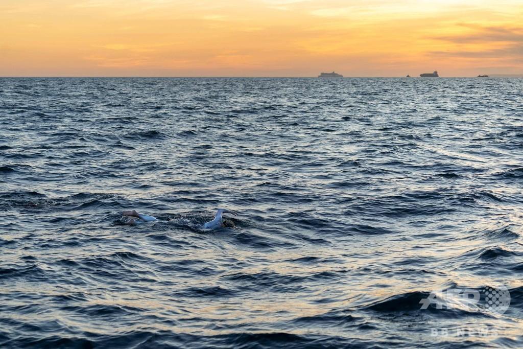 乳がん治療を受けた米女性スイマー、4回目の英国海峡横断に成功 世界初