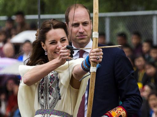 英王子夫妻、滞在中のブータンでアーチェリーに挑戦