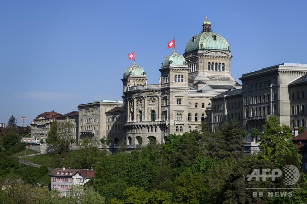 スイス首都で違法な「ストリート・カーニバル」、若者数百人が参加
